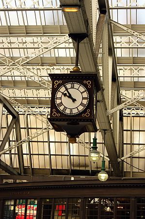 18/09/13 GLASGOW. The Central Station, the station clock.