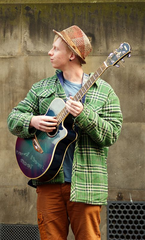 19/08/13 EDINBURGH. The Fringe on the Royal Mile, guitarist.