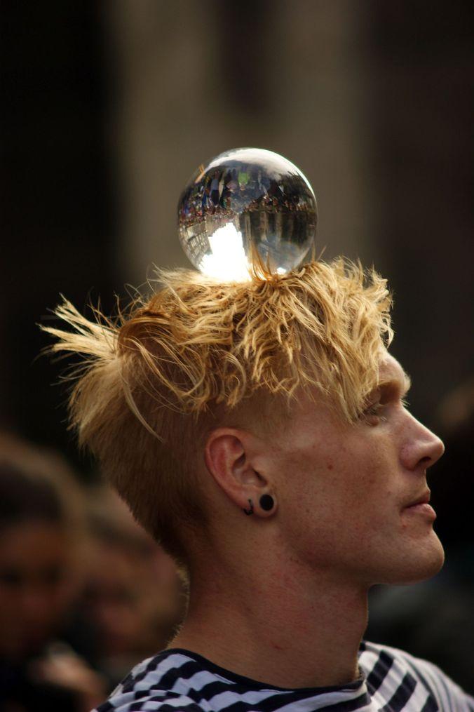 19/08/13 EDINBURGH. The Fringe, crystal ball juggler