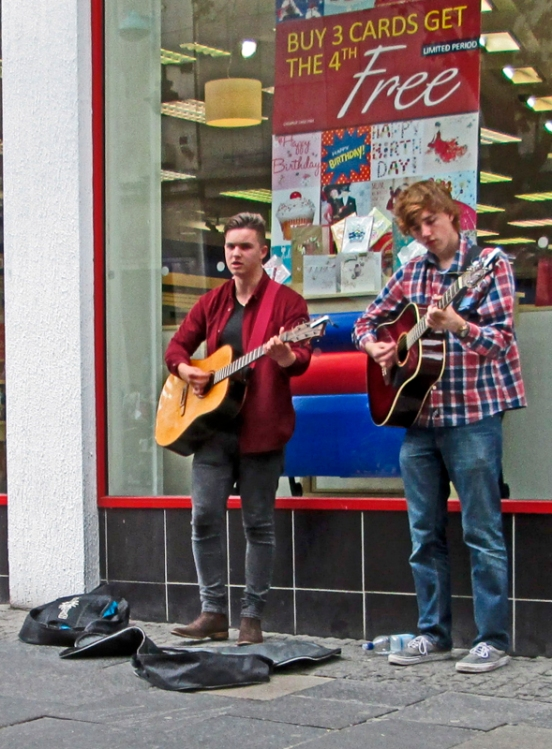 29/06/13 SHEFFIELD. Buskers on Fargate.