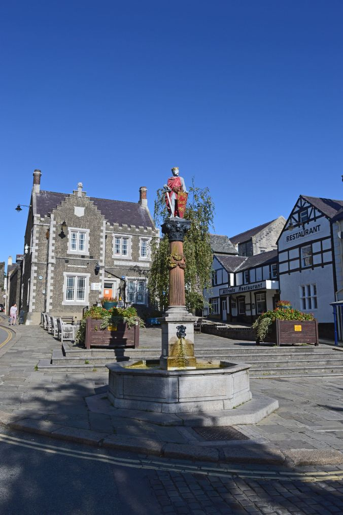 19/09/19  CONWY.  Lancaster Square. Edward 1st Statue.