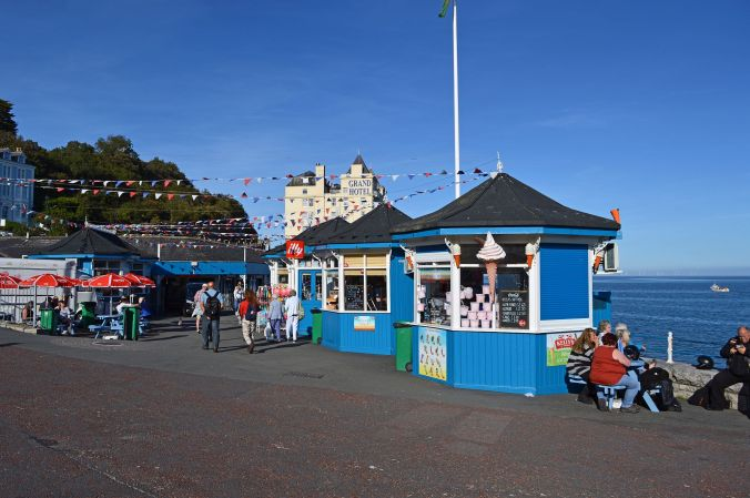 19/09/19  LLANDUDNO. The North Parade. Kiosks & Grand Hotel.