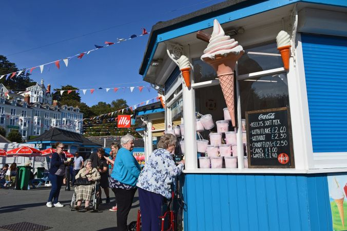 19/09/19  LLANDUDNO. The North Parade Ice Cream Kiosk.