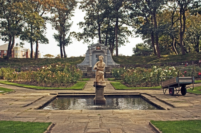 16-09-14  ST. ANNES.  Ashton Park. Pool & Statue.